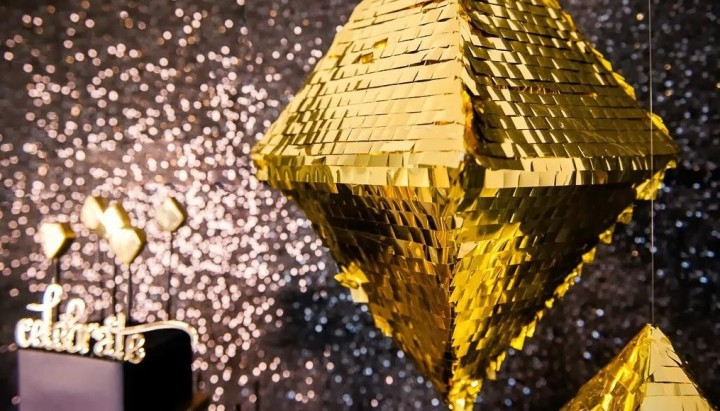 a-glistening-gold-geometric-luxe-party-to-cel-L-JuC3wD